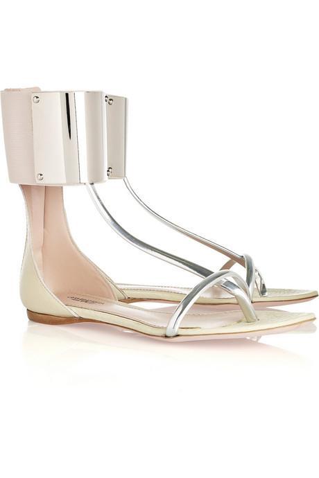 Düz sandaletler Yürürken parmak uçlarınızda esinti hissetmek mi istiyorsanız o halde, doğal olmayı seviyorsunuz demektir. Kozmetik olarak kullandığınız tek şey güneş koruyucu kreminiz olabilir. Sandaletlerinizse havuz kenarından diğer aktivitelere kolayca geçiş çapabileceğiniz tamamlayıcılarınız. Açık ayakkabılarla rahatlığınızı simgeliyor olabilirsiniz: ancak şık bir takımın altına bu ayakkabıları giymemeniz gerektiğini bilmelisiniz.