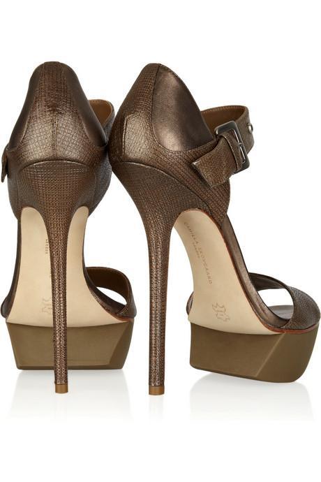 Öldürücü ince topuklar Ayaklarınız şişse de, beliniz ağrısa da ince topuklu ayakkabılar her kadının vazgeçilmezidir. Yapılan araştırmalara göre kadınların çoğu ince topuklu ayakkabı giydiklerinde acı çekiyorlar ve partnerlerinin yanında acıdan inlememek için kendilerini zor tutuyorlar. Peki ya, erkekler bu konuda ne düşünüyor? Kadınların bu ayakkabıları güç göstergesi olarak tercih ettiğini düşünen erkekler, bazı kadınların insanlara tepeden bakmayı sevdiklerini ve dünyanın merkezinde olduklarını hissetmek istediklerini sanabiliyorlar.