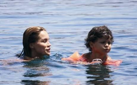 Ebru Şallı ve Harun Tan Tan çifti, çocukları Beren ve Pars'la birlikte Bodrum Gündoğan'daki yazlıklarında hep birlikte tatil keyfi yaşayacak.
