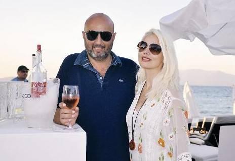 İş adamı Gökhan Çarmıklı ve eşi modacı Siren Ertan Çarmıklı, bu yaz tatilini Çeşme'de geçirecek.