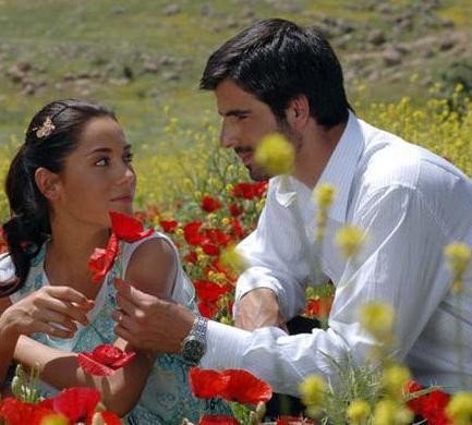SILA VE BORAN AĞA  Sıla dizisinin Boran Ağa'sı (Mehmet Akif Alakurt) ile Sıla 'sı (Cansu Dere) kamera önünde birbirine yakışan çiftlerden biri.