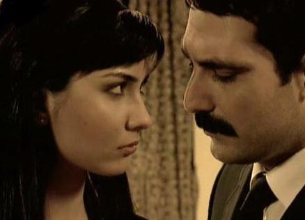 Dizi sırasında gerçek hayatta da aşk yaşadı Büyüküstün ve İnal. Daha sonra yolları ayrıldı.