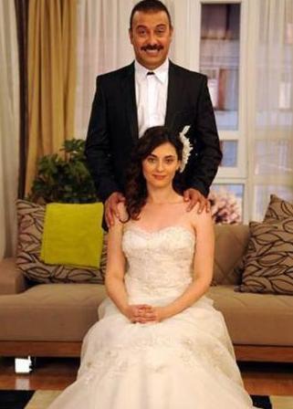 CAZİBE VE KEMAL  Yahşi Cazibe'nin iki kahramanı Cazibe ve Kemal aslında zorunluluktan nikah masasına oturdular..   Cazibe'nin Türkiye'de kalabilmek için kağıt üstünde evlenmesi gerekiyordu, Kemal'in de paraya ihtiyacı vardı o yüzden bu nikahı kabul etti...