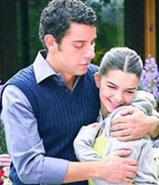ASLI VE EFE  Dizide Aslı'nın hayatına daha sonra Dağhan Külegeç'in oynadığı Efe girdi..   Hatta Efe senaryo gereği 'ölüp' diziden ayrılınca Kavak Yelleri'nin hayranları da yas tuttu.