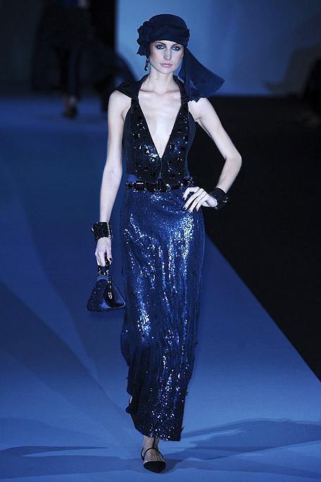 Giorgio Armani'nin 2011 baharı için tasarladığı gece elbiselerinden biri.
