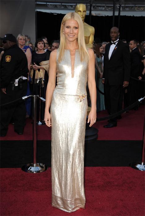 """""""Oscar Törenini izledik ve gizli ışıltının ne kadar yığını olarak kul anıldığını da anında fark ettik. Ünlü yıldızlar köpüklü şampanyayı ya da suya atıldığında kabaran bir drajeyi andırıyorlardı"""" diyor Kate Bosworth'un stilist'i Cher Coulter. Gümüş payetli Calvin Klein tuvaletiyle gecenin yıldızına dönüşen Gwyneth Paltrow ise kendisini seçiminden dolayı tebrik eden sunuculara şöyle diyordu; """"Birçok trend sezon sonunda çöpe atılır ama payeti her kadın sever."""""""