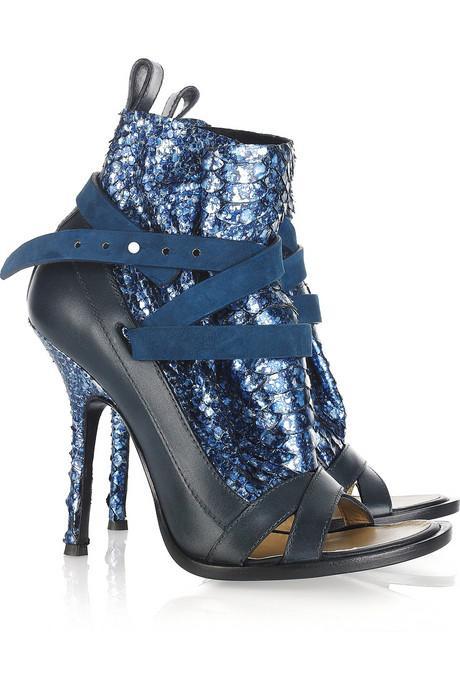 Thakoon'ın topukları ve üstü parlak plakalarla süslü bu yazlık bootileri, 2011'in en şık ayakkabılarından.