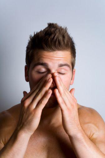 6. Kronik yorgunluk  Gün içinde kendini gösteren erken uyuma isteği ve enerji bitimi, uyku apnesinin habercisi. Uyku apnesi ani kalp krizlerine, beyin kanamalarına ve inmelere neden olabiliyor.
