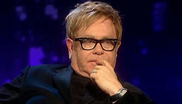 Turnesi boyunca bazı şehirlerde solo konserler de veren Elton John,  Türkiye'ye orkestrasıyla geliyor.   John'a Türkiye'de, 42 yıldır birlikte çalıştığı bateristi Ray Cooper, neredeyse her şarkıda farklı bir gitar kullanan Davey Johnstone ve 'kızlar' dediği siyahi dört vokal eşlik edecek.