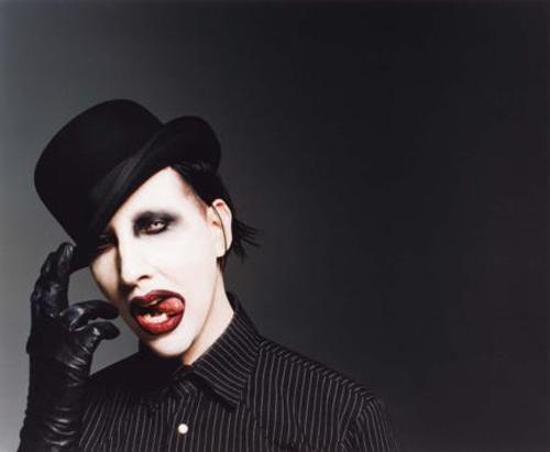 MARILYN MANSON:OKSİJEN TÜPÜ İSTİYOR   Kulisinin sıcaklığının sıfır derecenin altında olmaması sanatçını ilk isteği. Astım hastası olduğu için seyahat boyunca iki oksijen tüpünün de yanında bulundurulmasını istiyor.   Su şişelerinin dış ambalajlarının sökülmüş olması sanatçının istekleri arasında. Manson'ın kulisinde şampanya şişesiyle birlikte kovasının da hazır bulundurulması gerekiyor.