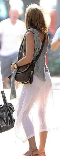 Şeffaf beyaz bir etek giyen ünlü oyuncu arkadan gelen güneş ışığının azizliğine uğradı.