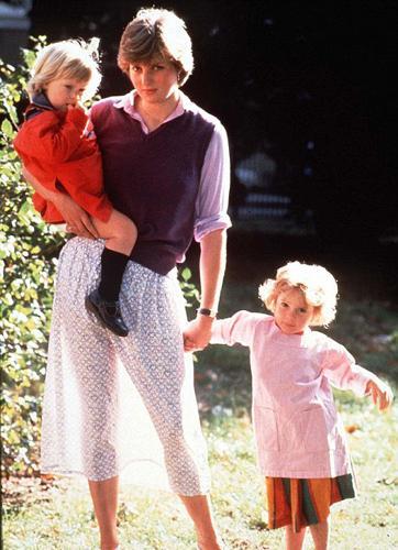 Aniston'un bu görüntüsü yıllar önce çekilen ve basında büyük yankı uyandıran Lady Diana'nın fotoğrafını hatırlattı.  Prenses Diana'nın Prens Charles ile birlikteliğini dünya kamuoyuna duyuran bu fotoğraf 1980 yılında çekildi. Yanında  iki küçük çocukla poz veren Diana ters ışık kurbanı olmuş, ışık tersten eteğine yansıyınca bacakları görülmüştü.