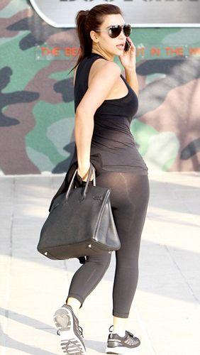 Kardashian'ın içine çamaşır giymeden üzerine geçirdiği tayt, güneşin yansıması ile kalçalarını tamamen ortaya çıkardı. 30 yaşındaki şov yıldızı kalçalarının tamamen görünmesine engel olmak için Hermes marka çantası ile önlem almaya çalıştı.