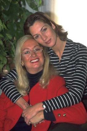 Aynı zamanda manken- oyuncu Ceylan Saner'in annesi.