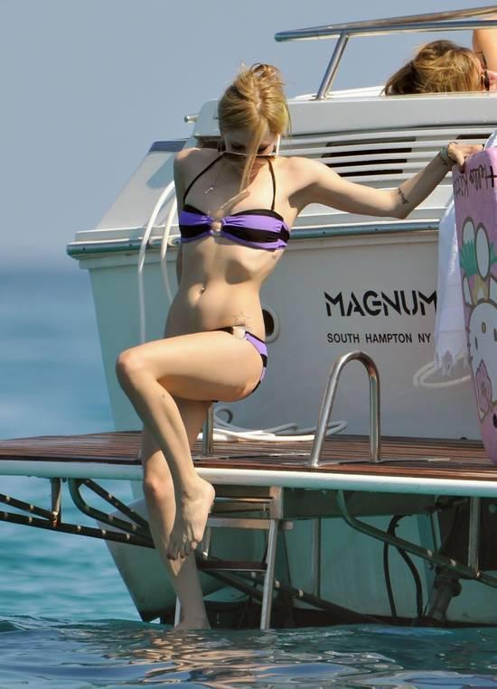 Ünlü şarkıcı Avril Lavigne, St. Tropez kıyılarında demirleyen yatında tatil yaparken görüntülendi. Paparazzileri farkeden şarkıcı, rahat tavırlarıyla dikkat çekti.