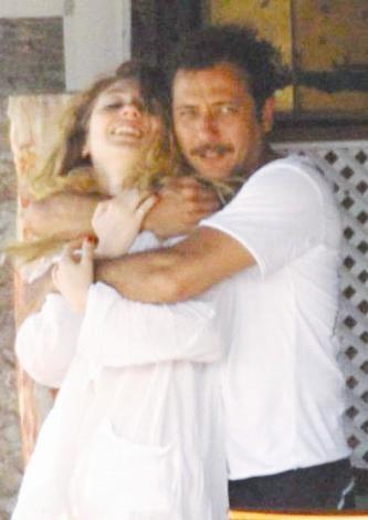 SARMAŞ DOLAŞ  Yiğit Özşener, ' Ezel' in bitmesinin ardından sevgilisiyle Bodrum'un yolunu tuttu.
