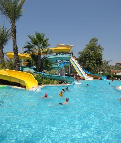 """Memorial Antalya Hastanesi Beyin ve Sinir Cerrahisi Bölümü'nden Op. Dr. Bülent Fahri Kılınçoğlu, yazın tatil beldelerinde ortaya çıkan kazalar, kafa travmaları ve sıcaktan korunma önerileri hakkında bilgi verdi.   Su kaydırağından atlarken bacaklarınızı açmayın!   Aquaparklardaki su kaydıraklarında, özelikle yüksek hıza ulaşılan inişlerde bacakların kapalı konumda tutulması çok önemlidir. Bacaklar açık ve hızlı bir şekilde havuza düşmek, genital bölge yaralanmalarına neden olmaktadır. Bacakların kapalı olması bu tehlikeli ortadan kaldırır.    Derinliği bilinmeyen havuz veya sığ sulara özellikle balıklama (baş aşağı) atlanmamalıdır. Ani atlayışlar kafa travmalarına neden olabilir.    Su altı solunum aygıtı kullanılarak dalış yapmak anlamına gelen """"Skuba"""", özel eğitim ve ekipman gerektiren bir spor dalıdır. Bu nedenle, yalnız başına veya eğitmen olmadan dalınmamalı, aletlerin tam, çalışır durumda ve yeterli olmasına dikkat edilmelidir. Kullanılan aletlerin hijyenik temizliği yapılmış olmalıdır.    Aletli veya aletsiz dalış yaparken iç kulak basıncının dengelenmesi gerektiğinden, üst solunum yolu enfeksiyonu varlığında dalış yapılmamalıdır."""