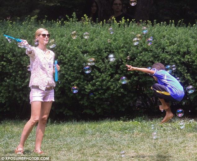 Henry annesinin yaptığı balonları yakalamak için epeyi uğraştı.
