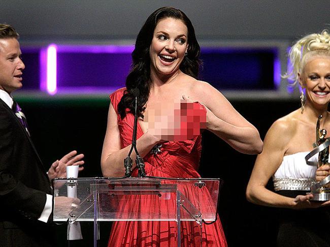 2010'da bir ödül töreninde ödül vermek için sahneye çıkan Katherine Heighl'in kopan askısı, güzel oyuncuya zor anlar yaşattı.