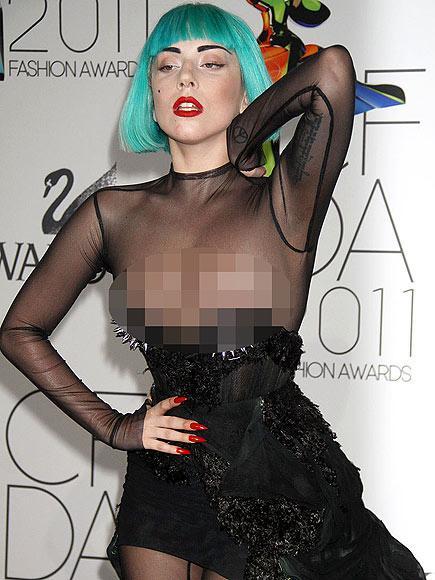 Lady Gaga 2011 yılı Moda Tasarımcıları Derneği Galası'nda yanda gördüğünüz kıyafetle katılmıştı. Göğüs kısmı çok düşük olan elbise, poz verirken Gaga'nın herkesin aklındakinden biraz daha fazlasını göstermesine neden oldu.