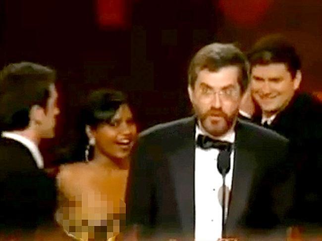 The Office dizisinin oyuncularından Mindy Kaling, sahnede ödülünü kabul ettiği sırada straples elbisesi aşağı doğru kaydı ve göğsünün görünmesine neden oldu. Mindy oldukça hızlı davransa da kameralar onu görüntülemeden önce elbisesini yukarı çekmeyi başaramadı.