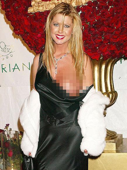 Tara Reid 2004 yılında doğumgünü partisinin çıkışında düşen askısını fark etmemişti bile...