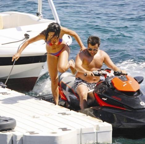 """Özge Ulusoy'la bir gün süren evliliğinin ardından Deniz Akkaya'yla yaşadığı ilişkiyle gündeme gelen Ferruh Taşdemir, """"Öğretmen Kemal"""" dizisinde Nehir karakterini canlandıran Asena Tuğal'le Bodrum'da tatil yapıyor."""