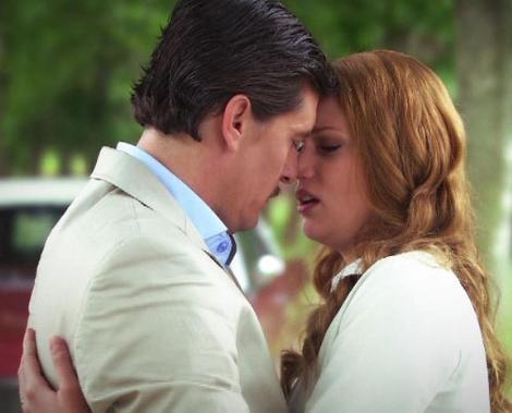 Haftalar boyunca birbirlerine aşık olduklarını gizlemeyen çift vedalaşırken ilk kez öpüştü.