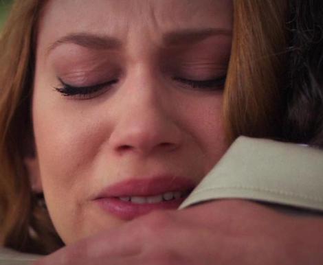 Çift gözyaşları içinde vedalaştı. Ama dizinin düğün sahnesinde Aylin'in Soner'e verdiği deniz yıldızı bir kez daha ortaya çıkınca seyirci de onun aslında Londra'ya gitmekten vazgeçtiğini düşündü. İşin gerçeği dizinin yeni sezon bölümlerinde ortaya çıkacak.