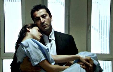 Eyşan, Cengiz tarafından bıçaklandı. Herkes öldüğünü sanırken o ağır yaralı olarak hastanede tedavi görüyordu.