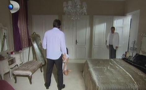 Bihter, kocası Adnan Bey'in silahını alıp yatak odasına çekildi. Tam o sırada Behlül de Nihal ile evleneceği mekandan apar topar yalıya gitti.