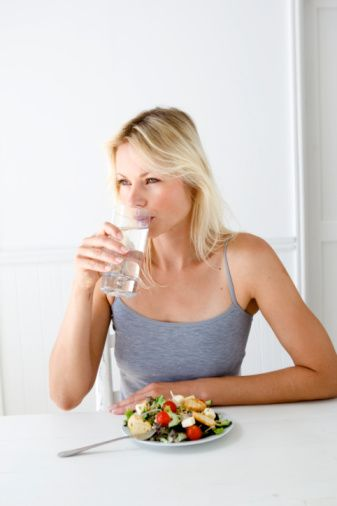 Yaz mevsimine girdiğimiz bu günlerde, sıcağın bedendeki etkisini dengelemek ve sağlığımızı korumak için yapılması gerekenleri İstanbul Eğitim ve Araştırma Hastanesi İç Hastalıkları Uzmanı Dr.Nafiz Karagözoğlu şöyle sıralıyor;   1) Yaz aylarında bol su tüketin.(günde 2-5-3 litre)Bol su tüketme hem vücudunuzu forma sokmada hem de vücudunuzdan toksinleri atmanızda yardımcı olacaktır. Ayrıca vücut aşırı sıcaklarda terleme ile birlikte su, sodyum, potasyum gibi birçok öğeyi kaybettiği için su tüketimi ayrı bir önem kazanmaktadır.