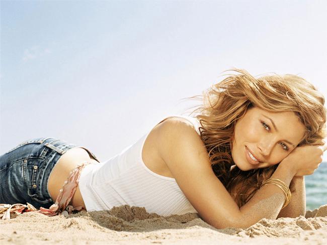 """Hayalinizdeki renk: Altın Sarısı Klasik """"sahillerin çıtırı"""" rengi çoğu kadının hayalini kurduğu, ulaşmak istediği cilt tonu. Siz de Sienna Miller ya da Jessica Biel'in cilt tonuna bayılıyorsanız, hemen ipuçlarımızı verelim."""