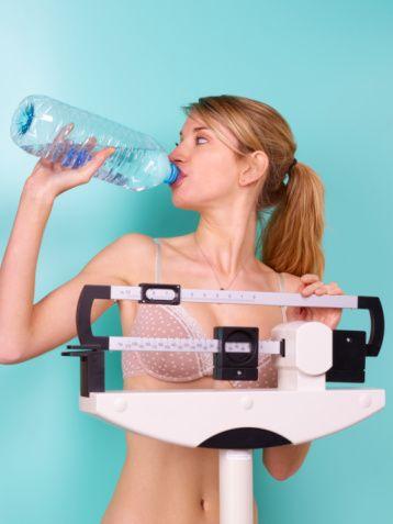 Su içmek için susamayı beklemeyin   Tükettiğimiz kalorilerin metabolize olabilmesi için suya ihtiyaç vardır. Eğer yeterince su içmiyorsanız yağ yakımı da yavaşlar. Bu yüzden günde yaklaşık iki litre su tüketmelisiniz.