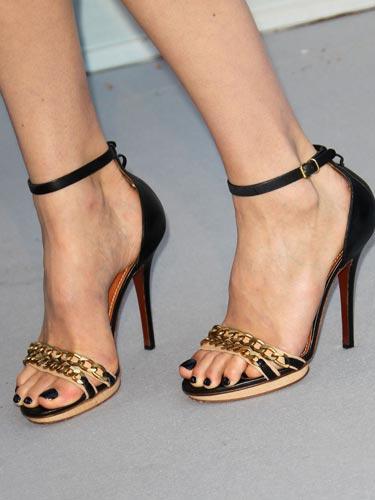Doutzen Kroes'in zincirli sandaletleri Mini eteklerin, seksi tulumların flörtöz elbiselerin en iyi arkadaşı olan bu ayakkabılar sizce de harika görünmüyor mu?