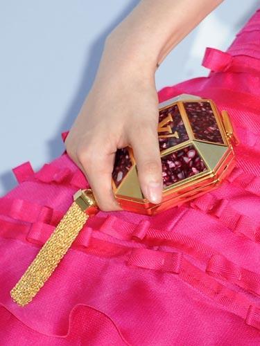 Fan Bing Bing'in clutchı Bu küçücük çantanın içine ne sığdırabiliriz bilmiyoruz ama bu çantadan bir tane de biz istiyoruz.