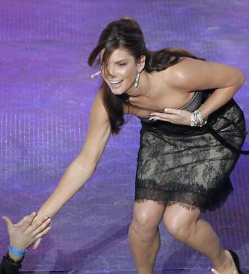 Elleri 'Speed' filminin unutulmaz ismi Sandra Bullock'un 44 yaşında olduğuna dair bir ipucu veriyor mu sizce?