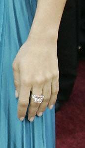 Menekşe renkli yüzük esmer güzeli yıldızın parmağında bir başka duruyor. Bu Latin güzelini tanıdınız mı? ….