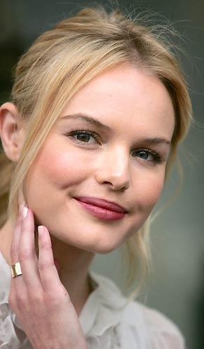 'Superman Returns' filmindeki performansıyla hayranlık uyandıran 25 yaşındaki Kate Bosworth'un gençlik enerjisi ellerine yansımış…