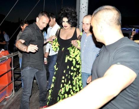 Türk Sanat Müziği'nin Diva'sı Bülent Ersoy, Bodrum'un eğlence mekanlarından yüzer disko Catamaran'da sabahın ilk ışıklarına kadar eğlendi.