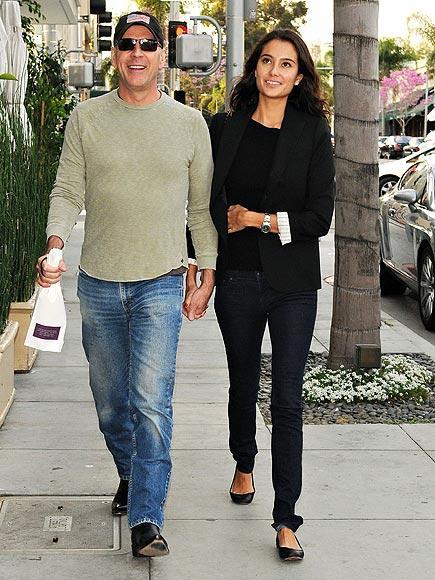 Bruce ve Emma Bruce Willis model olan sevgilisi Emma Heming ile 2009 yılında sade bir törenle Turks & Caicos adalarında evlendi.