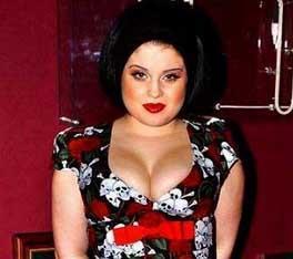 Saç rengini sık sık değiştiren Kelly, yaşına uymayacak bir tarz benimsiyor genelde.