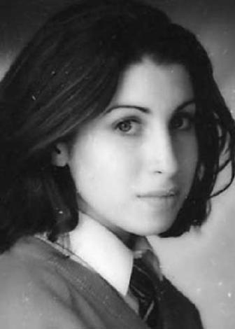 Oysa Winehouse gençlik yıllarında işte böyle masum yüzlü bir öğrenciydi.