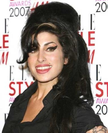 Dünyanın en güzel kadını sayılmasa da bakımlı haliyle son derece çekici görünüyor Winehouse.