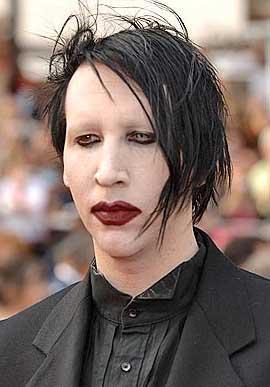 Marilyn Manson saçı ve makyajıyla böylesine korkunç görünüyor.