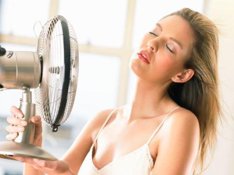 Klima nedeniyle oluşan bel ve boyun ağrıları için neler yapılmalı?    Klima nedeniyle bel ve boyun tutulmalarında o bölgeye sıcak uygulama iyi gelecektir. Sıcak uygulama, sıcak su torbaları, ısıtılmış bir havlu ya da sıcak kompreslerle yapılabilir.   Tutulan bölgeye yapılacak hafif bir rahatlatıcı masaj, kasların açılmasına ve dolayısıyla da ağrının geçmesine yardımcı olacaktır.   Özellikle bel ve sırt tutulmalarında yaz aylarında yüzme iyi bir spordur. Özellikle sırt üstü yüzmek faydalıdır. Bunun yanında sırt kaslarını kuvvetlendirme egzersizleri, mobilizasyon ve germe egzersizleri de yapılmalıdır.   Açık havada yapılan plates egzersizleri de bel ve sırt ağrıları için önemli bir egzersizdir.
