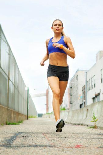 Yürüyüş, koşu, bisiklet, kürek, yüzme yanında karın ve bel kaslarını kuvvetlendiren egzersizlere önem verilmelidir. Ayrıca gevşeme egzersizleri ve solunum egzersizleri de önemlidir.    Egzersizler yemeklerden en az 1.5 saat sonra yapılmalıdır. Egzersiz öncesinde ve sonrasında oluşacak sıvı kayıplarını önlemek için su alınmalıdır. Egzersiz süresi en az 30 dakika olmalıdır.   Haftanın 6 günü egzersiz yapılmalıdır. Hava sıcaklığının ve nemin yüksek olduğu saatlerde yürüme, koşma, bisiklet türü egzersizlerden kaçınılmalıdır.