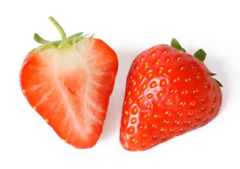 DAHA BEYAZ DİŞLER  Çilek cildimiz için inanılmaz faydalı bir meyve. C vitamini açısından da zengin olan çilek aynı zamanda peeling için de kullanılabilir ve cilde parlaklık verir. Ama çilekli maskeyi daha beyaz dişler için de uygulayabilirsiniz.  1 çorba kaşığı püre haline getirilmiş çilek, 1 çorba kaşığı kabartma tozu, yarım çay kaşığı limon suyu 1 çay kaşığı diş macunu ile dişlerinizi haftada bir kere 5 dakika fırçalayın. İyice durulayın.