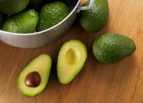 AVOKADO İLE GÜZELLEŞİN  Avokadonun içindeki A vitamini cilde parlaklık verir, ayrıca yağlı bir meyve sayılan avokadonun içindeki bu yağlar cildinizi nemlendirmeye yardımcı olacak. Avokado ile yapabileceğiniz tarifi saçınıza da cildinize de uygulayabilirsiniz.   Rendelediğiniz bir ya da iki adet avokadoyu 1 çorba kaşığı bal ve 1 çorba kaşığı badem yağı ile karıştırın. Saçınıza sürecekseniz bir sera film ile kaplayabilirsiniz. Ardından 15 dakika bekleyin ve durulayın.