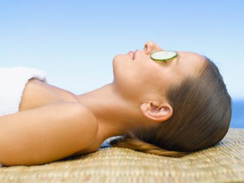 EN ESKİ GÜZELLİK MASKESİ  Salatalığın cilde faydasını bilmeyen yoktur. Yüze salatalık koyarak cildi dinlendirmek en eski güzellik maskelerinden biri. Salatalığın içindeki vitaminler ve antioksidan maddeler koyu renk gözaltları için birebir. Ayrıca salatalık hücre gelişimini destekler, cildi tamire yardımcı olur.   İşte salatalıklı maske; Rendelenmiş ya da doğranmış 1 salatalık, bir büyük fincanın 4'te 1'i kadar yoğurt, 1 çay kaşığı aloevera suyu ve bir tutam deniz tuzunu harmanladıktan sonra yüzünüzde 10- 15 dakika bekletin. Daha sonra iyice durulayın.
